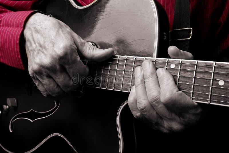 Gitaristhanden en gitaar dichte omhooggaand Het spelen Elektrische Gitaar Speel de gitaar stock fotografie