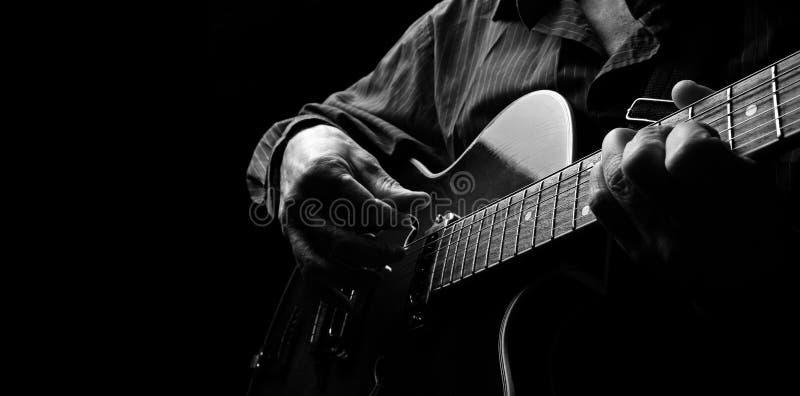 Gitaristhanden en gitaar dichte omhooggaand Het spelen Elektrische Gitaar Speel de gitaar Exemplaarruimten stock afbeeldingen