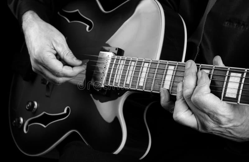 Gitaristhanden en gitaar dichte omhooggaand Het spelen Elektrische Gitaar Speel de gitaar Rebecca 36 royalty-vrije stock afbeeldingen