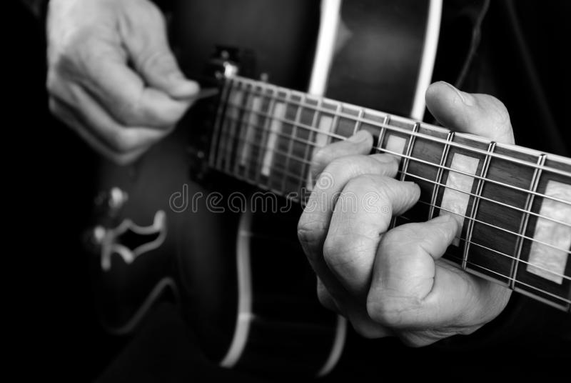 Gitaristhanden en gitaar dichte omhooggaand Het spelen Elektrische Gitaar Speel de gitaar Rebecca 36 stock afbeelding