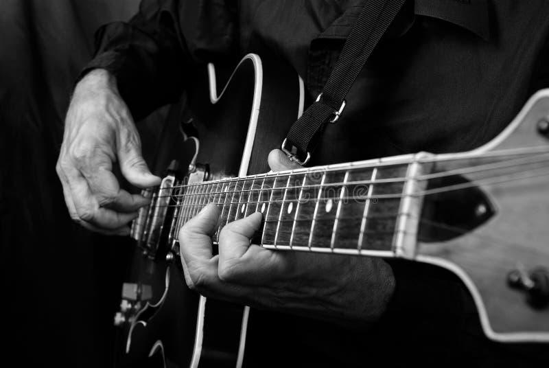 Gitaristhanden en gitaar dichte omhooggaand Het spelen Elektrische Gitaar Speel de gitaar Rebecca 36 stock foto's