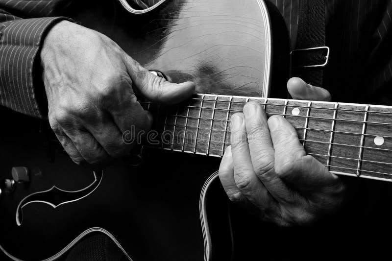 Gitaristhanden en gitaar dichte omhooggaand Het spelen Elektrische Gitaar Speel de gitaar Rebecca 36 stock foto