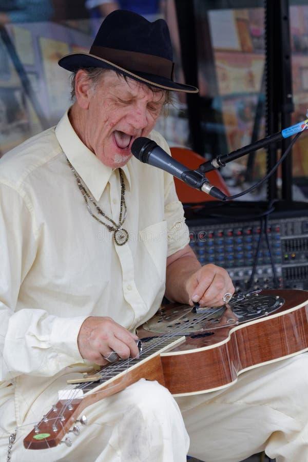 Gitarr för glidbana för BluesmanWatermelon Slim lekar fotografering för bildbyråer