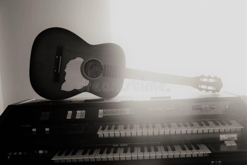 Gitarr och piano royaltyfri fotografi