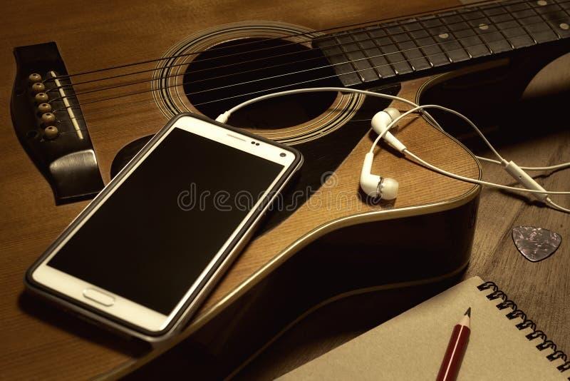 Gitarr och smartphone royaltyfri foto