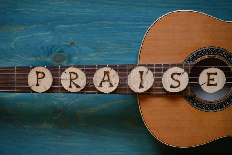 Gitarr på krickaträ med ordet: BERÖM arkivbilder
