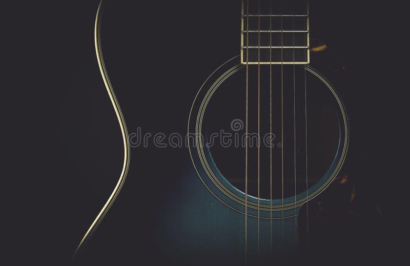 Gitarr på svart med den matte retro blicken royaltyfri bild