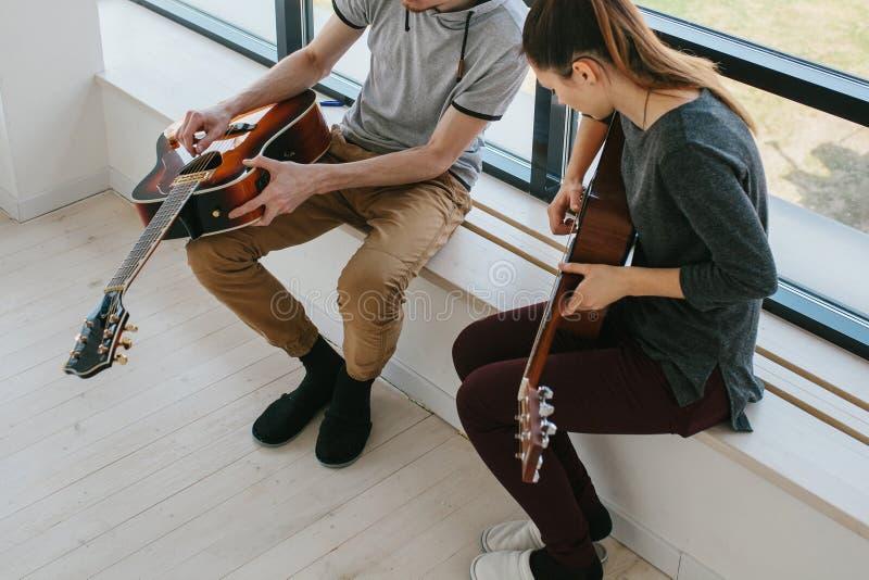 gitarr som l?rer spelrum till royaltyfri fotografi