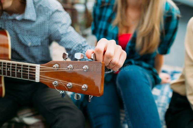 Gitarr som trimmar aktören för fretboardmusikhobby royaltyfri foto