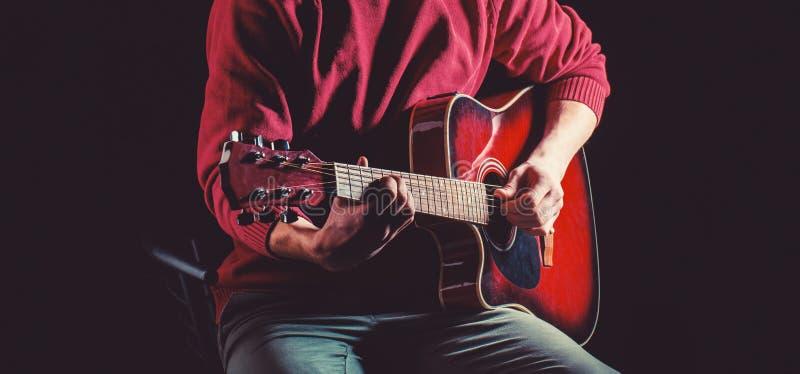 Gitarre akustisch Spielen Sie die Gitarre Konzert- und ?ffentlichkeitshintergrund Wei?e Schablone und Saxophon Instrument auf Sta stockbild