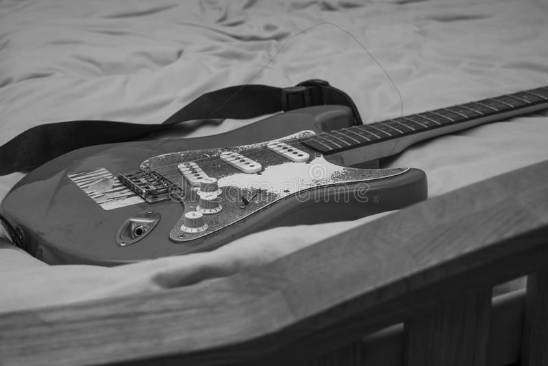 Gitarre auf Bett stockfotografie
