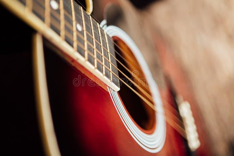 Gitarre auf einem hölzernen Portal stockfoto