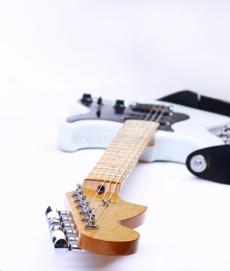Gitarre auf einem weißen Hintergrund mit lizenzfreie stockbilder