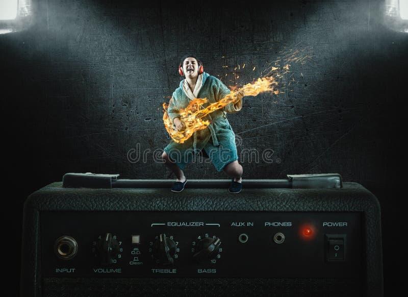 Gitarre auf Flamme lizenzfreie stockfotos