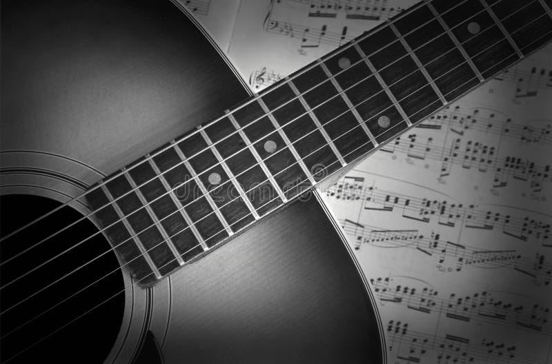 Gitarre auf Musik lizenzfreie stockbilder