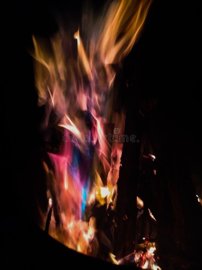 Gitarre in den Flammen lizenzfreie stockbilder