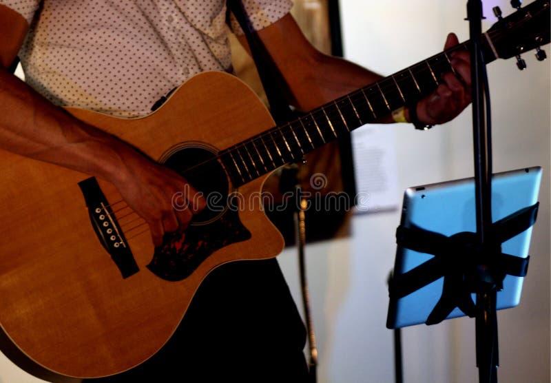 Gitarre, die in der Leistung gespielt wird stockfotografie