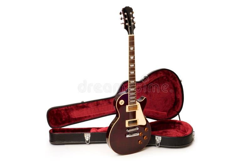 Gitarre im geöffneten Kasten getrennt stockbilder
