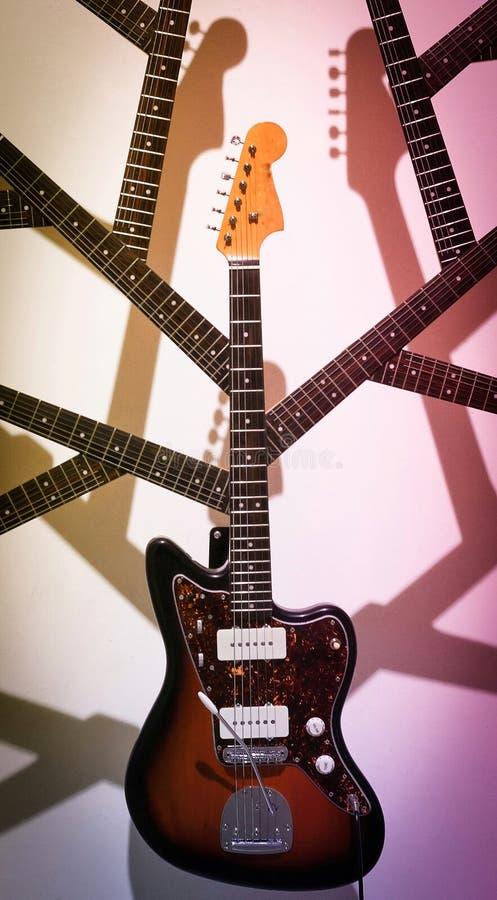 Gitarre mit Hals- und Kopfniederlassung lizenzfreie stockbilder