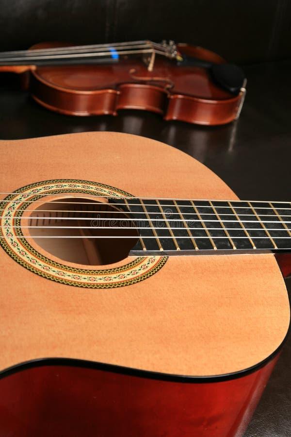 Gitarre u. Geige stockbilder