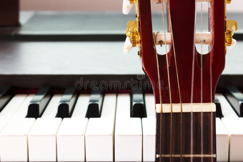 Gitarre und Klavier lizenzfreie stockfotos