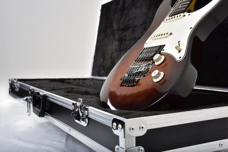 Gitarreffektutrustning på vit bakgrund arkivfoto