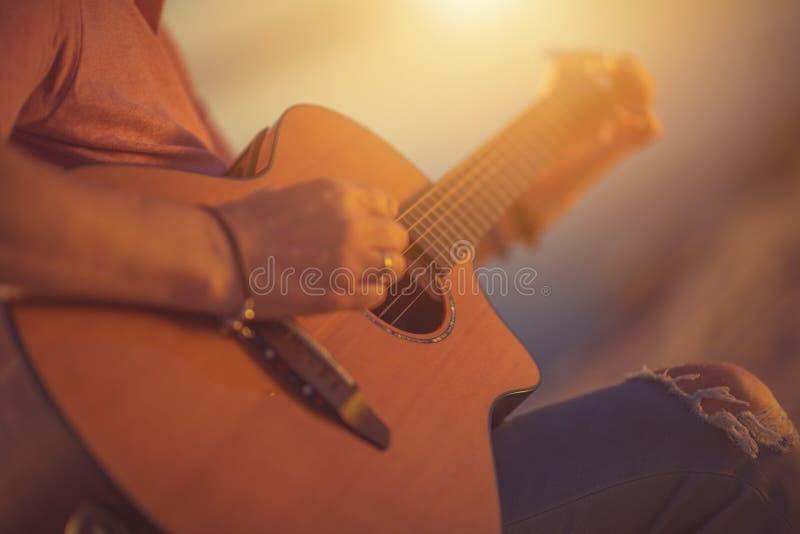 Gitarren-Balladen-Spielen stockfotografie
