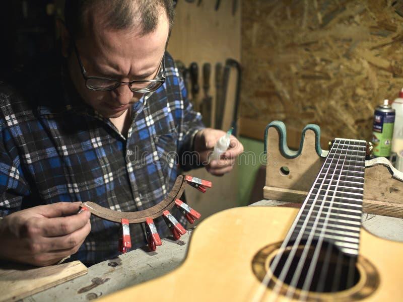 Gitarren Luthiers gründeten einen Stand unter dem Arm lizenzfreie stockfotografie