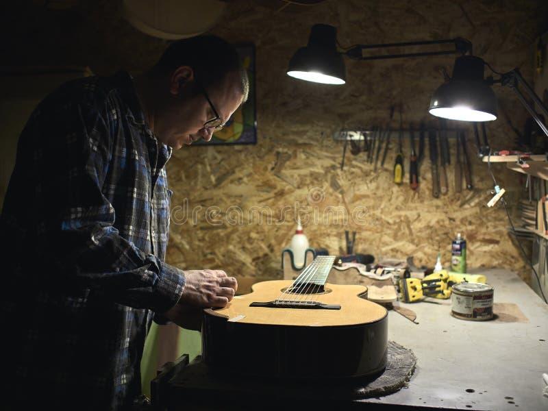 Gitarren Luthiers gründeten einen Stand unter dem Arm lizenzfreies stockfoto