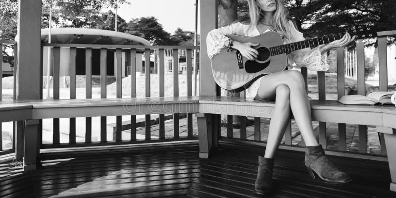 Gitarren-Mädchen-Entspannungs-zufällige Instrument-Freizeit lizenzfreie stockfotos