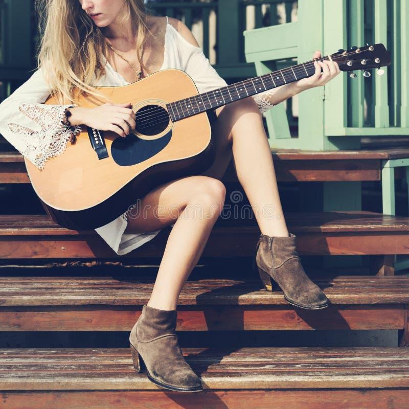 Gitarren-Mädchen-Entspannungs-zufälliges Instrument-Freizeit-Konzept stockbild