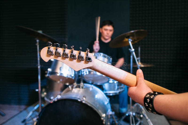 Gitarrenhalsnahaufnahme auf gesetztem Hintergrund der Trommel stockfotos