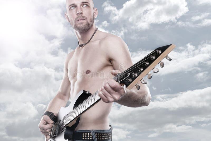 Gitarrenmann lizenzfreie stockfotografie