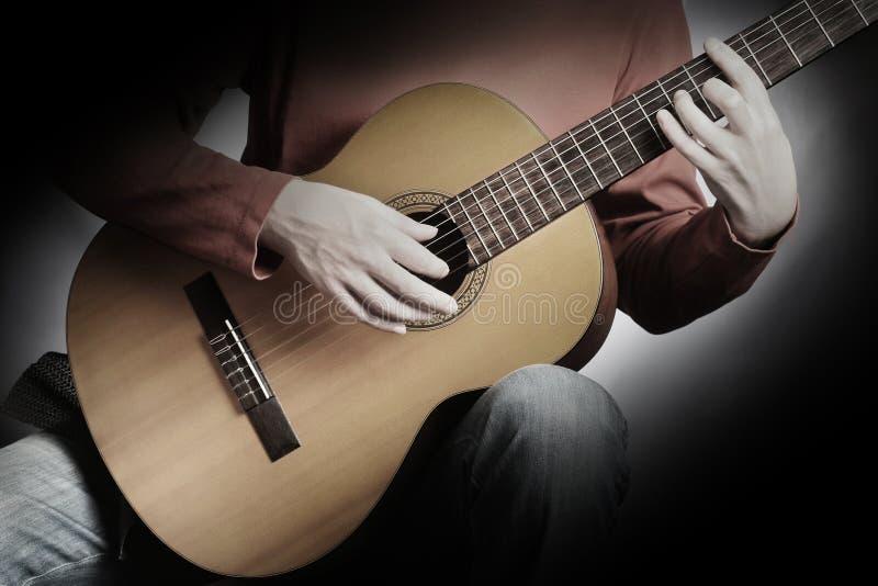 Gitarrenspielen lizenzfreie stockfotografie