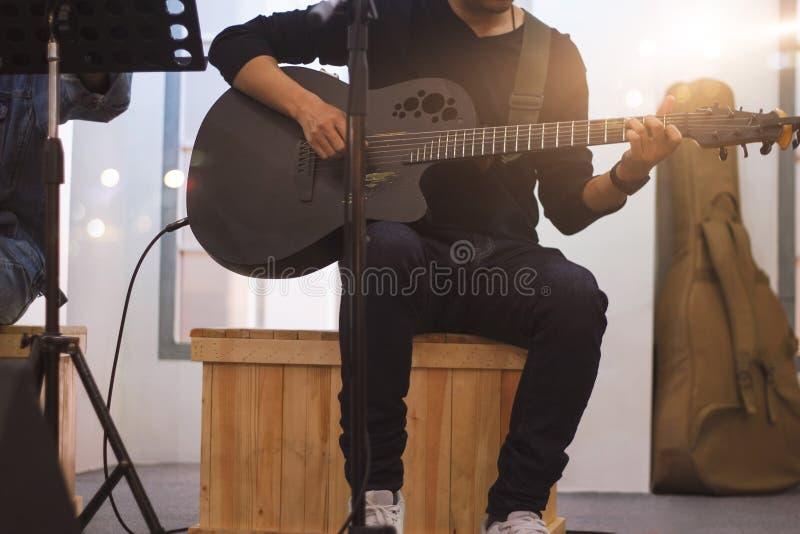 Gitarrist auf Stadium und singt in einem Konzert für Hintergrund, stockbilder