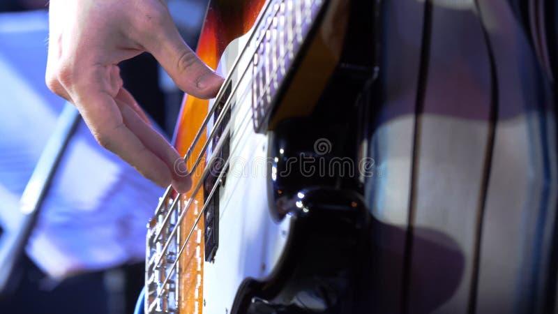 Gitarrist Bemannen Sie die Hand und Sechszeichenkette elektrische Gitarre, die auf Weiß getrennt werden Gitarrist-Man-Hand und el lizenzfreies stockbild