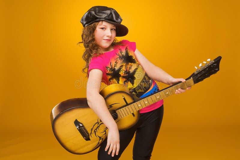 Gitarrist Child Mädchen, das Gitarre spielt stockfoto