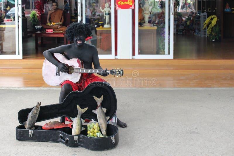 Gitarrist, der Sechszeichenkette elektrische rote Gitarre auf weißem Hintergrund spielt lizenzfreies stockfoto