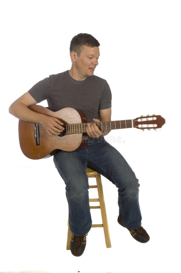 Gitarrist, der seine Gitarre spielt lizenzfreie stockfotografie