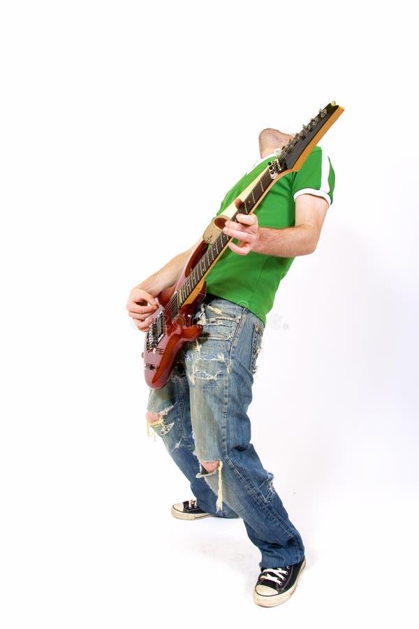 Gitarrist, der seine Gitarre spielt lizenzfreie stockfotos