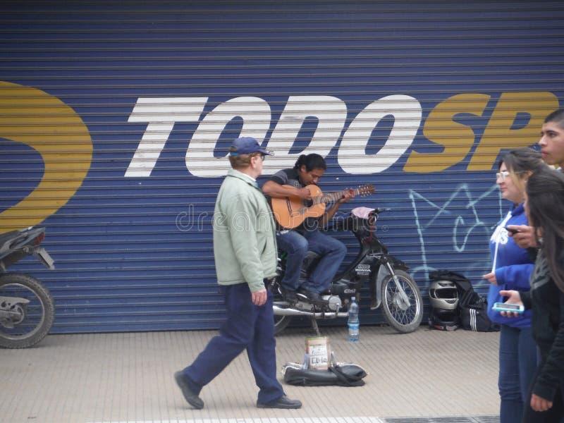 Gitarrist för spanjor för gata för San Miguel de Tucumà ¡ n royaltyfria bilder
