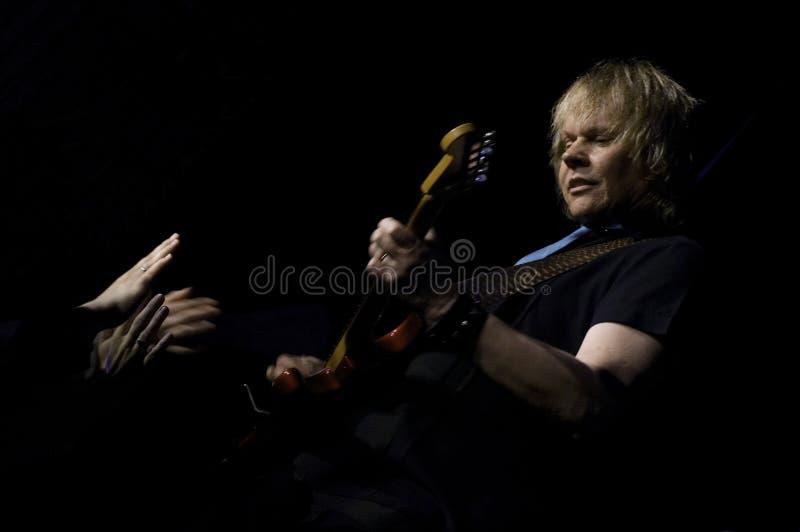 Gitarrist James 'J Y 'Barn av Styx lekar i konsert royaltyfri fotografi