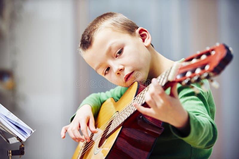 gitarrist little royaltyfri foto