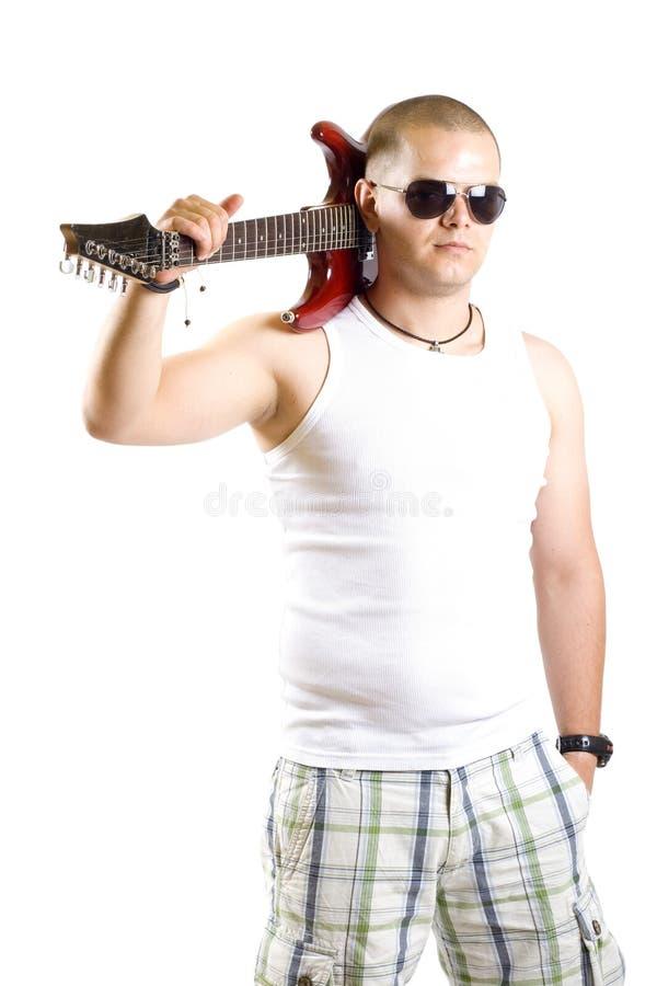 Gitarrist mit Gitarre auf Schulter stockfoto