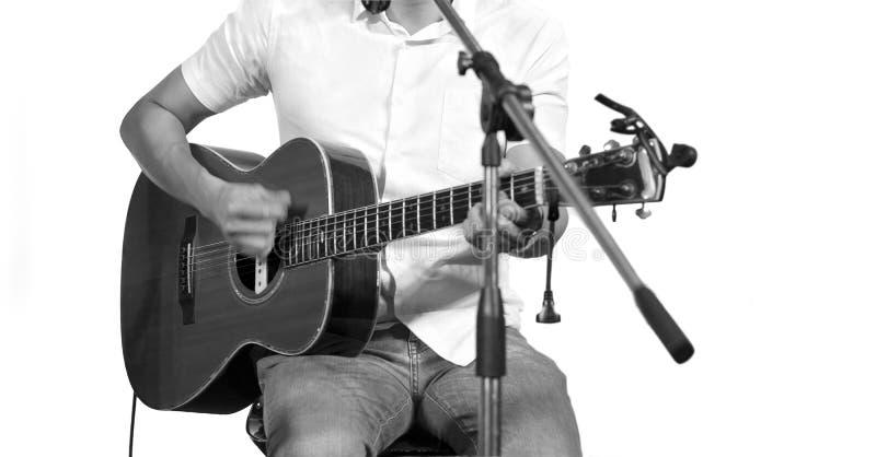 Gitarrist på etapp på isolerad vit bakgrund, arkivbild