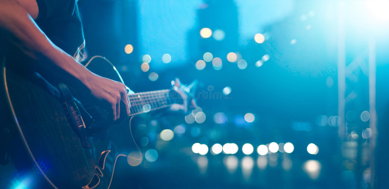 Gitarrist på etappen för mjuk och suddighetsbegrepp för bakgrund, arkivbilder