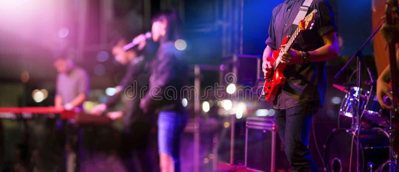 Gitarrist på etappen för mjuk och suddighetsbegrepp för bakgrund, royaltyfria foton