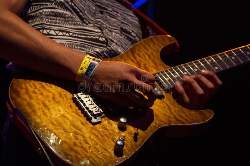 Gitarrist Plays auf Stadium für Sitz für Rivalen stockbilder
