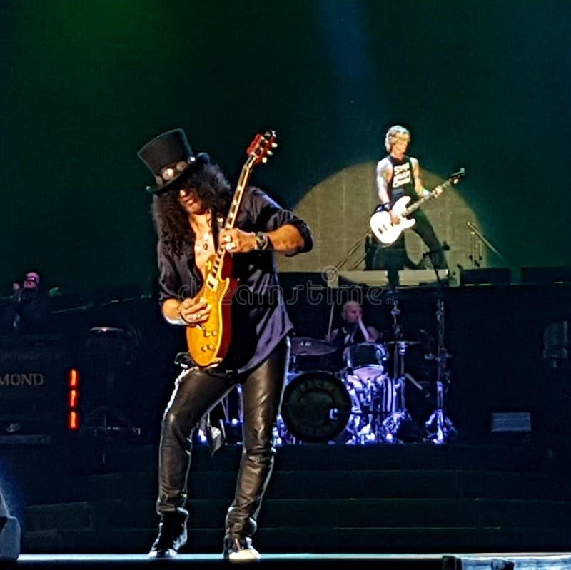 Gitarrist Slash som spelar med vapen N' Rosor royaltyfri bild