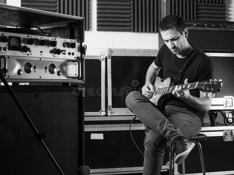 Gitarrist som i kulisserna spelar arkivbild